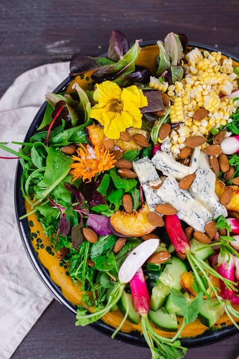Ein bunter Salat in einer Schüssel