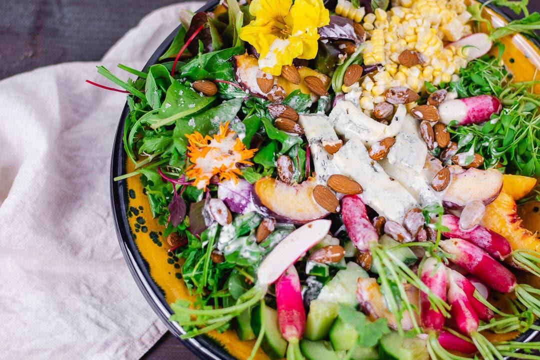 Ein gemischter Salat mit Salatdressing auf dem Salat