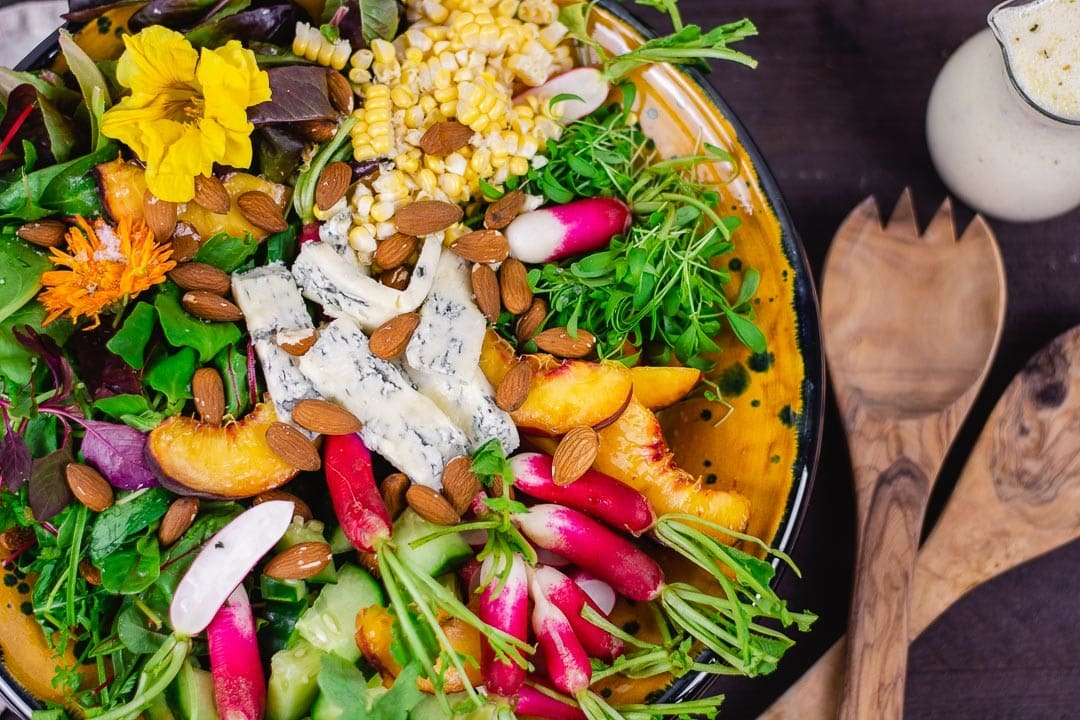 Ein gemischter Salat mit Salatbesteck