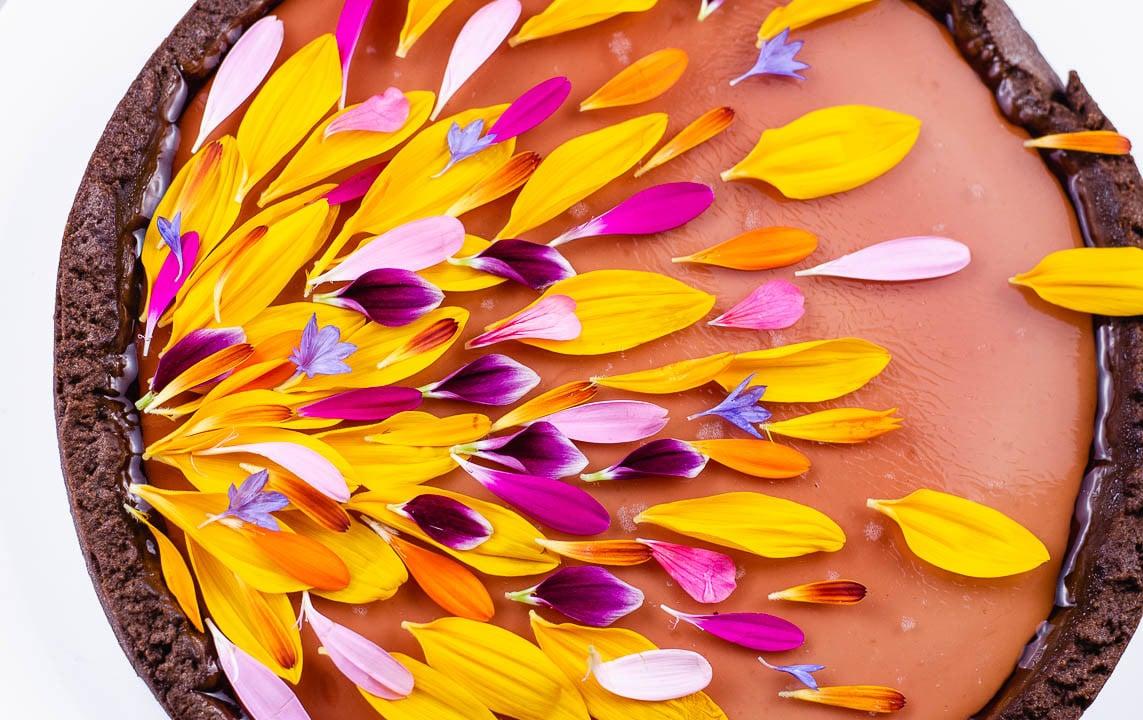 Blumen dekoriert auf einer Tarte