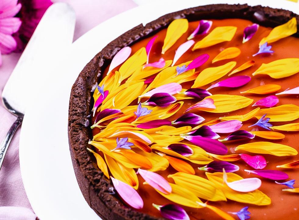 Eine bunte Tarte dekoriert mit Blumen