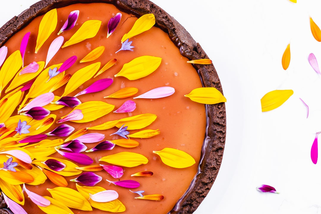 Eine Tarte ist mit bunten Blüten dekoriert