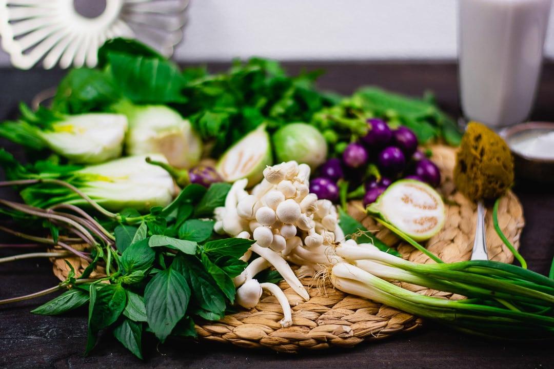 Alle Zutaten in der Nahaufnahme, die man für ein grünes Thai Curry benötigt