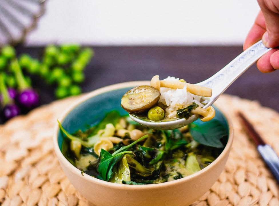 Ein Löffel com grünen Thai Curry