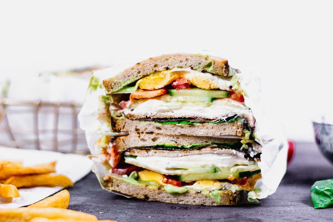 Das Sandwich ist eingepackt in Backpapier für unterwegs