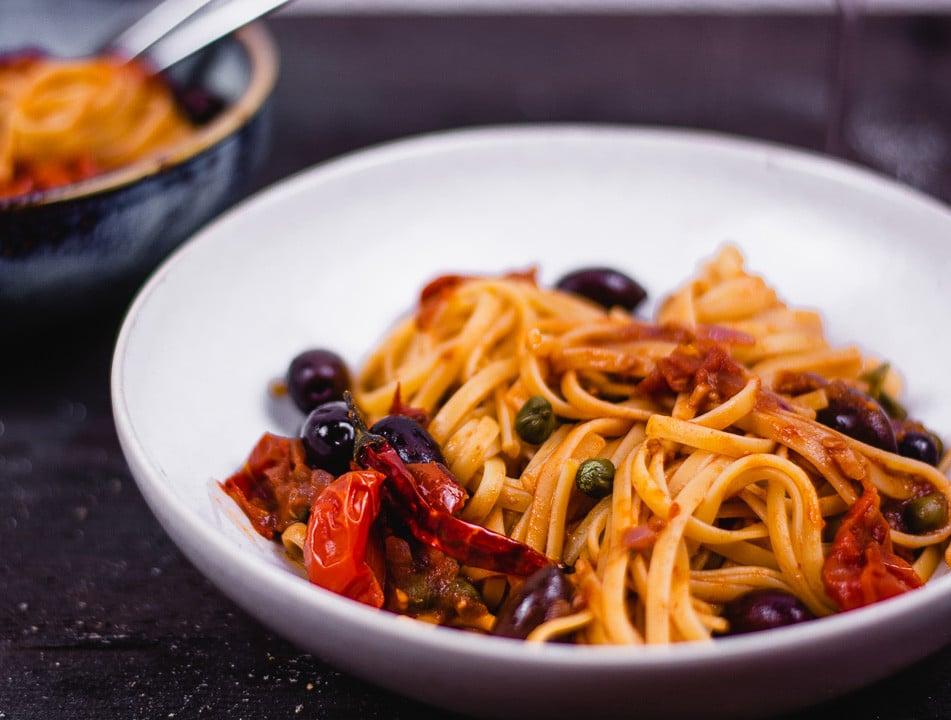 Vegetarische Spaghetti Puttanesca auf einem Teller