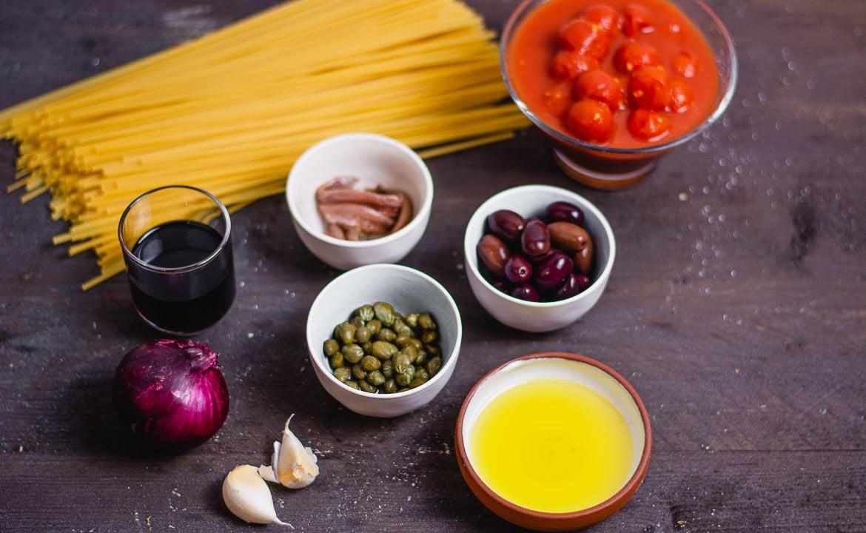 Zutaten für eine vegetarische Spaghetti Puttanesca
