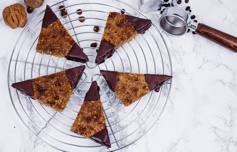 Fünf Nussecken wie vom Bäcker auf einem Kuchengitter