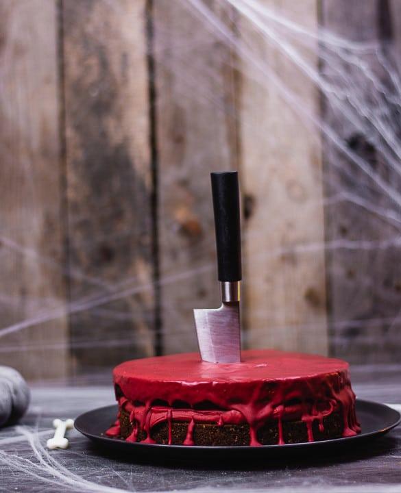 Ein Messer steckt in der Mitte des Kuchens