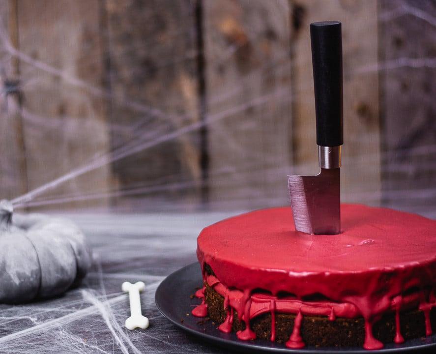 Der blutiger Kuchen zu Halloween. Er ist sehr schaurig und blutig dekoriert
