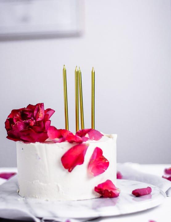Geburtstagskuchen mit goldenen Kerzen