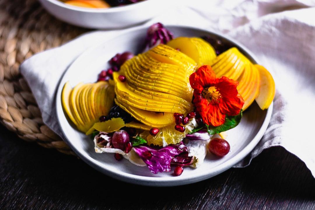 Ein Teller bunter Herbstsalat