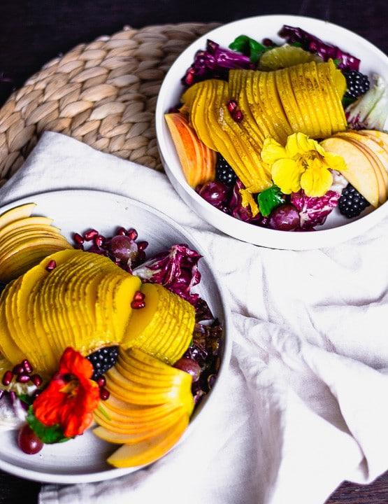 Zwei Teller bunter Herbstsalat auf dem Tisch