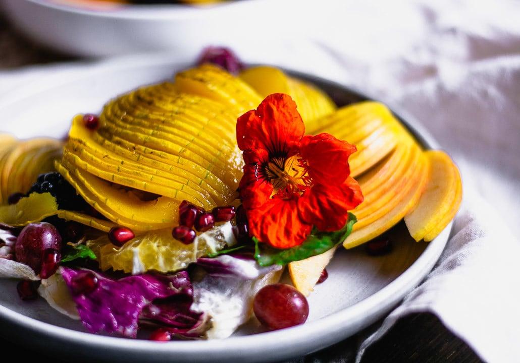 Ein Teller bunter Herbstsalat mit Blume