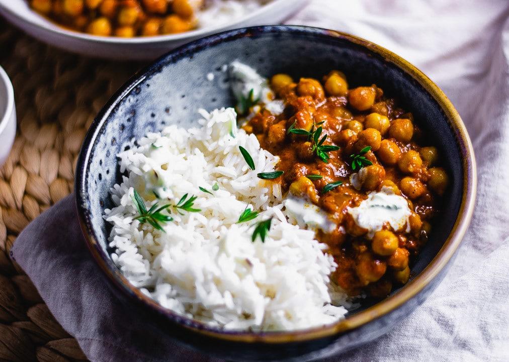 Ein Teller Kichererbsen Curry in der Nahaufnahme