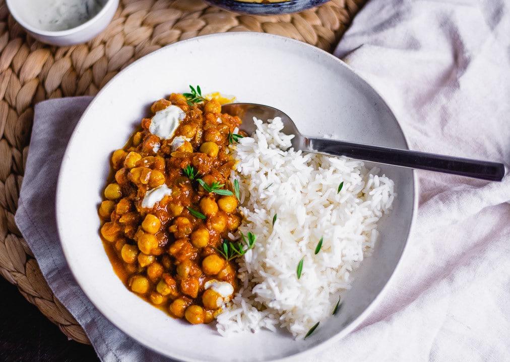 Ein Teller mit dem Curry in dem ein Löffel steckt