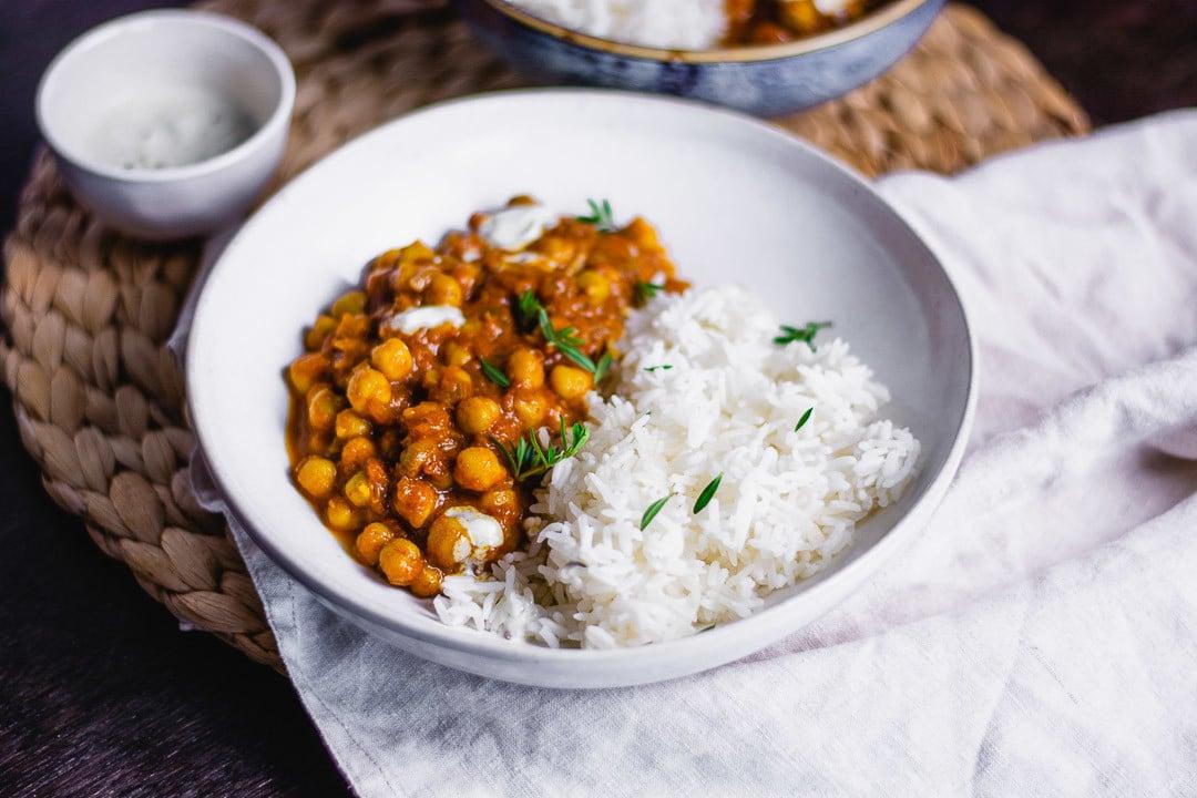 Ein einzelner Teller Kichererbsen Curry mit Reis
