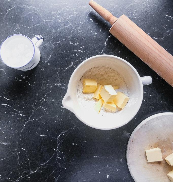 Butter ist mit Mehl in einer Schüssel
