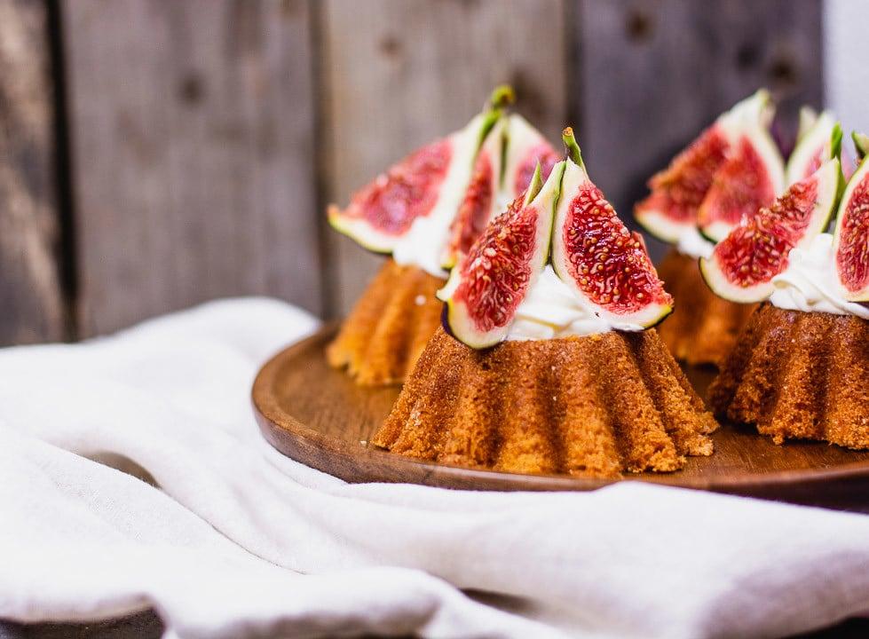 Kuchen mit frischen Feigen und Quark auf einem Holzteller