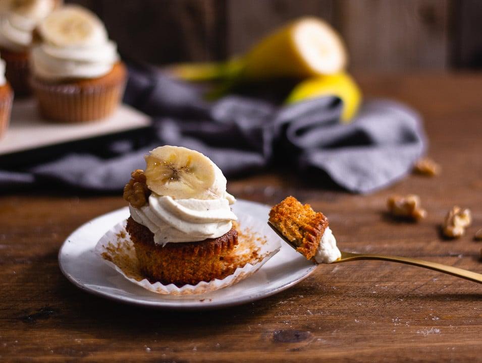 Eine goldene Gabel mit einem Stück Cupcake