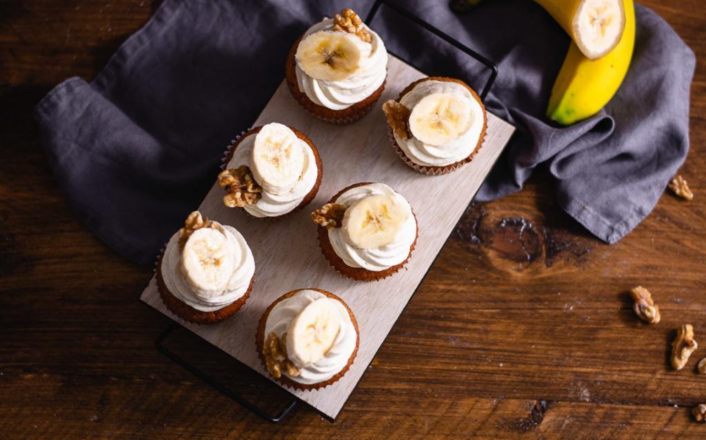 Bananen Cupcakes von oben auf einem Holztisch