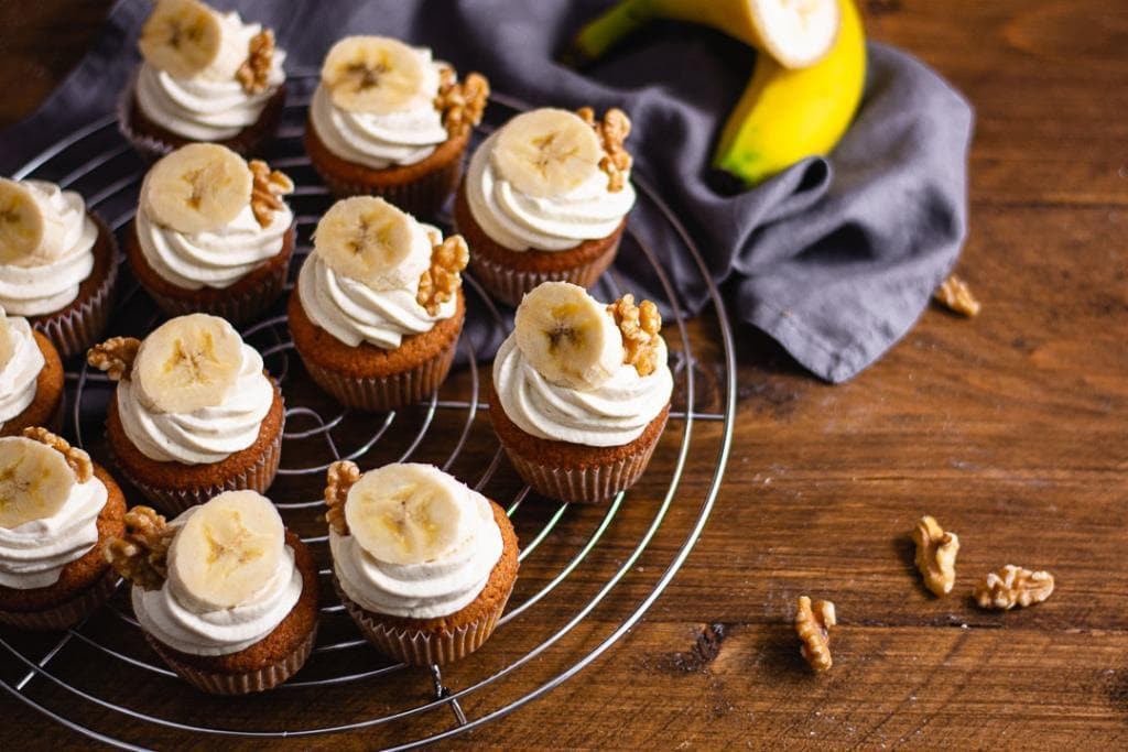 Viele Bananen Cupcakes mit einer Bananenscheibe und Walnüsse