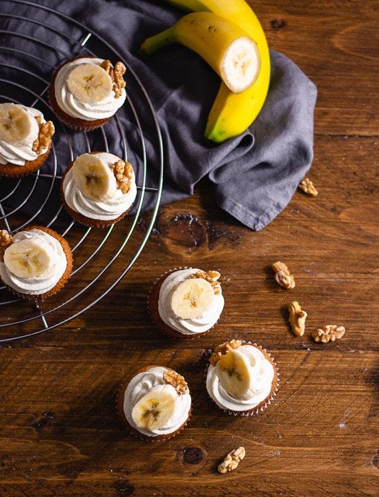 Drei Bananen Cupcakes von oben. Daneben liegen Walnüsse