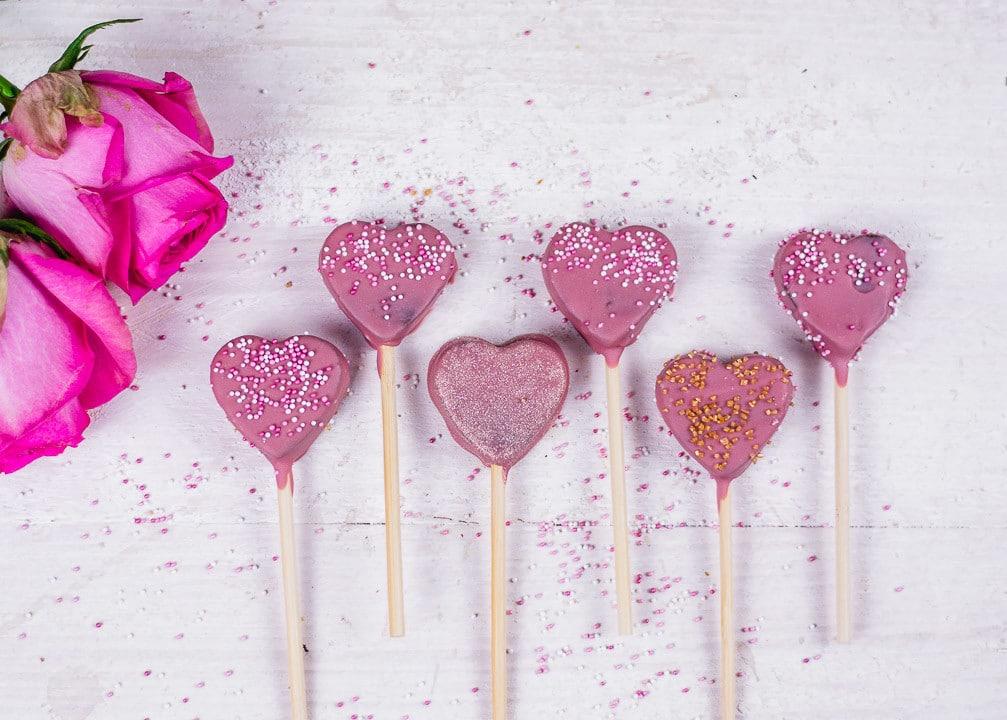 Sechs Herz Cake Pops mit unterschiedlichen Dekoration