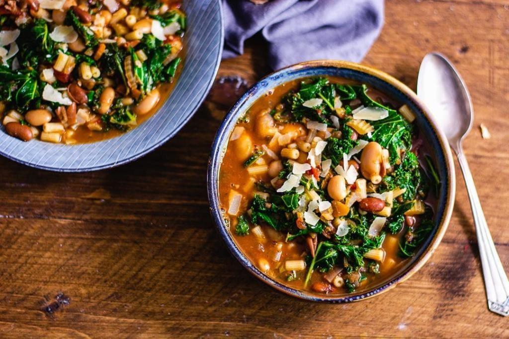 Bohneneintopf vegetarisch als Winteressen auf einem robusten Tisch mit Löffel