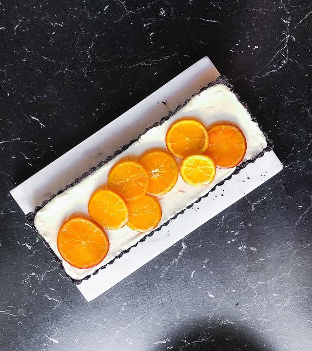 Vollendete Orangentarte mit vielen Orangen