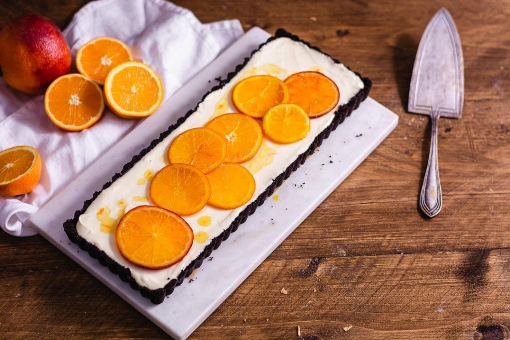 Eine Orangentarte als Flatlay