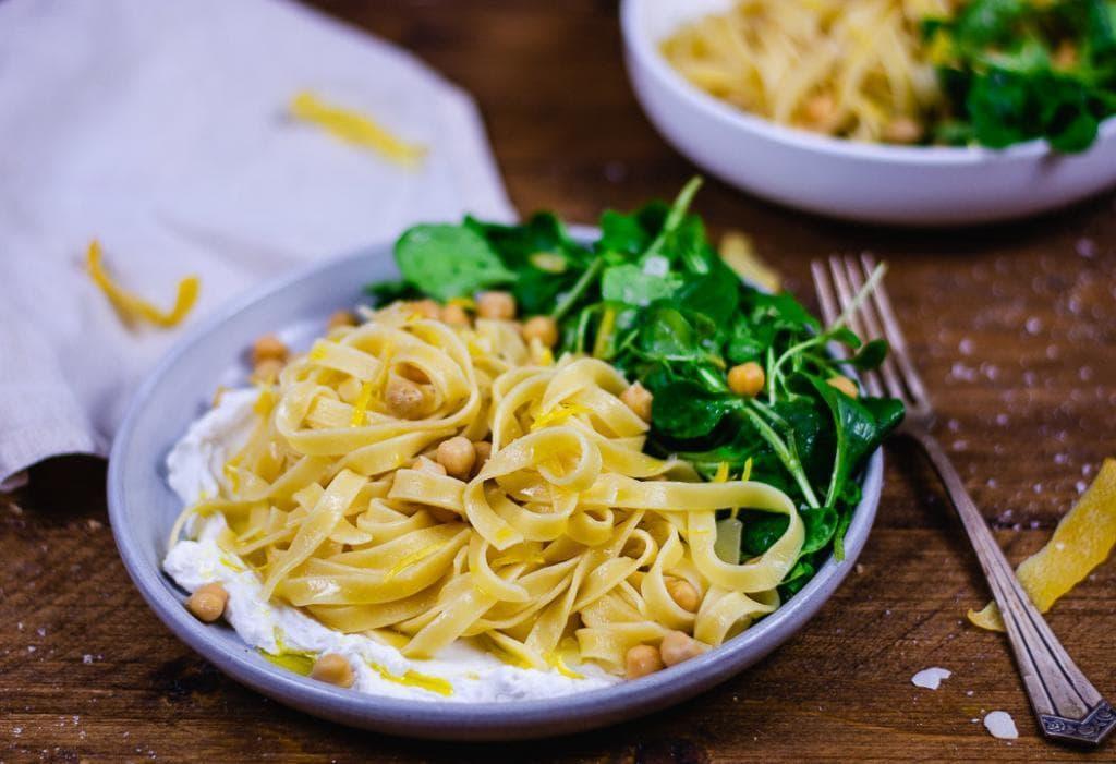 Pasta mit Ricotta auf einem blauen Teller