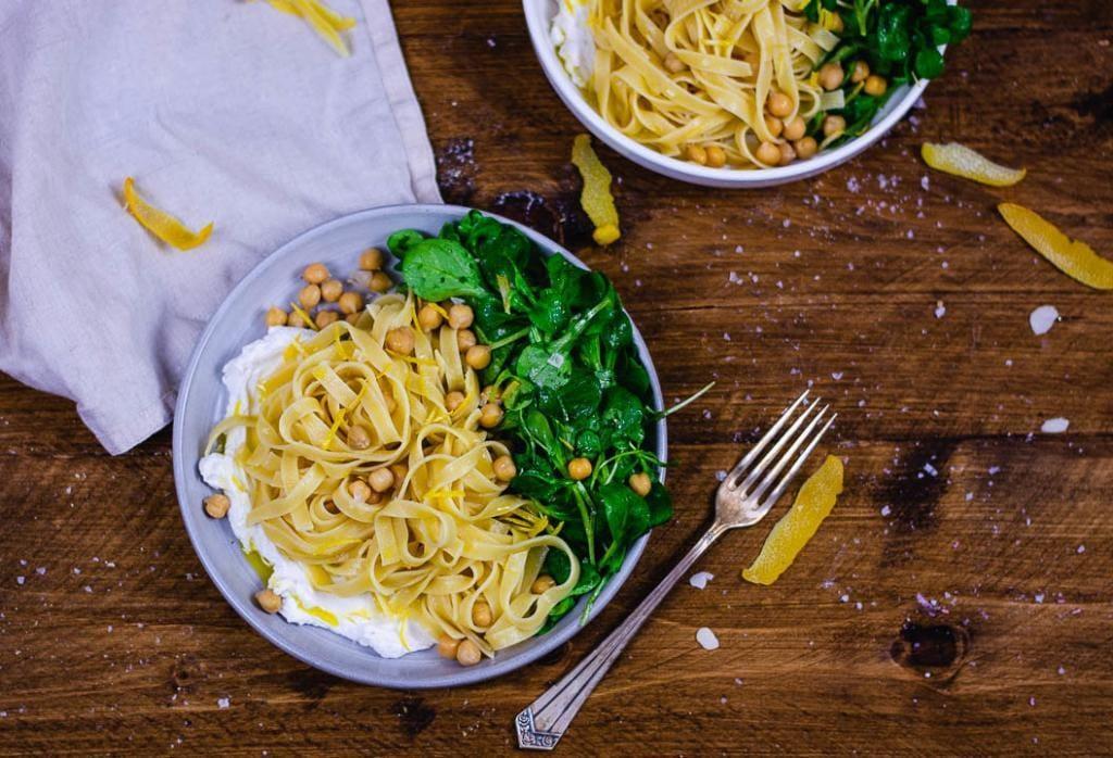 Rezept für Pasta mit Ricotta. Neben dem Teller liegt eine Gabel