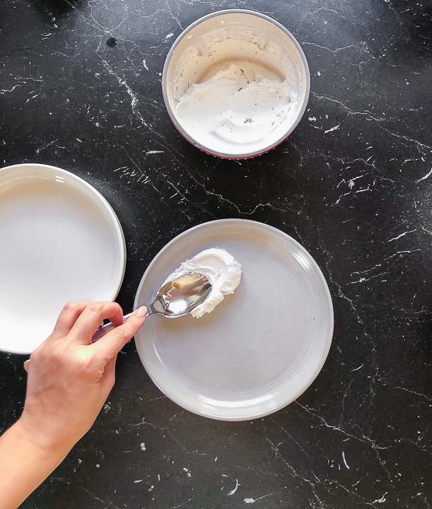 Aufgeschlagener Ricotta  auf Teller