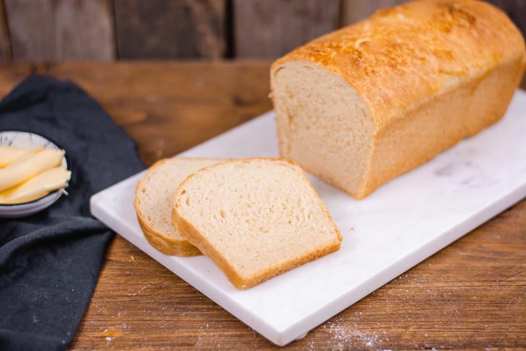 Toastbrot selber backen. Ein Toastbrot anschnitt mit zwei Scheiben