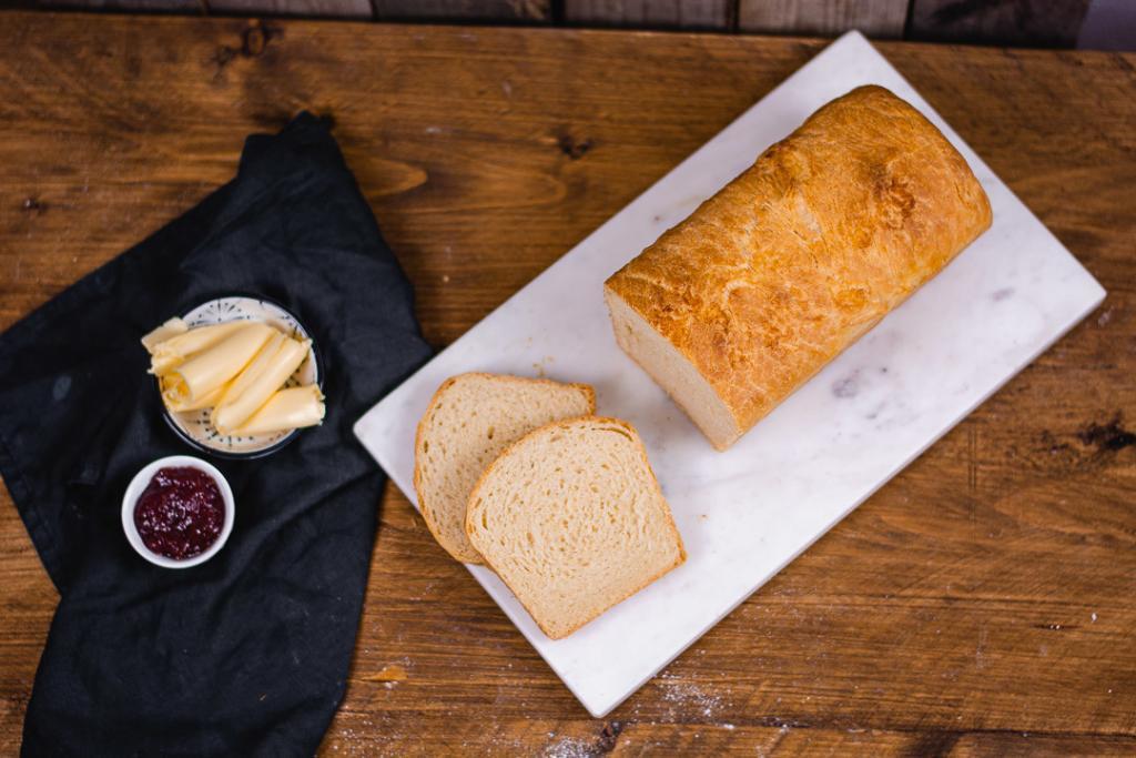 Ein gebackenes Toastbrot mit Butter im Topshot