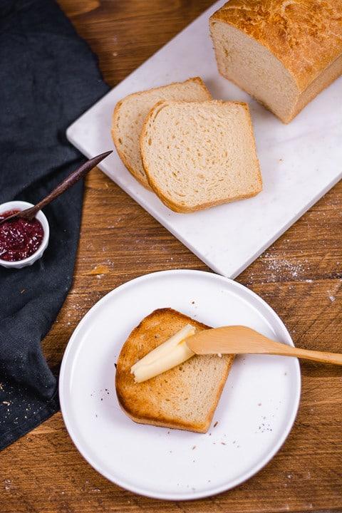 Toastbrot selber gebacken mit Butter und Messer