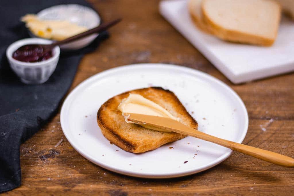 Toastbrot selbst gebacken mit Butter und Messer