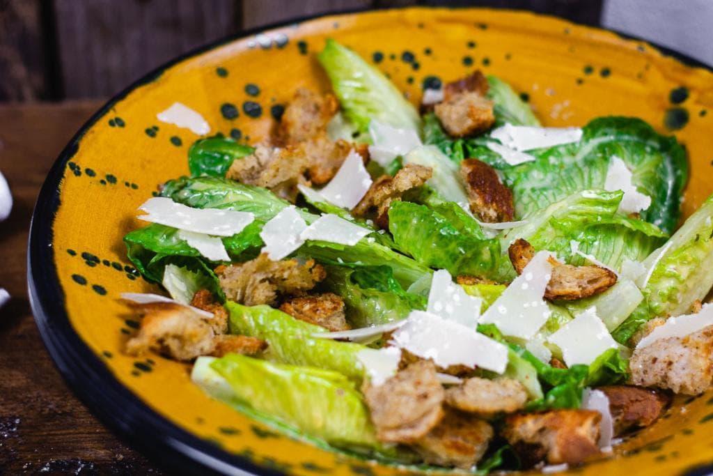 Caesar Salad mit Parmesan und Croutons