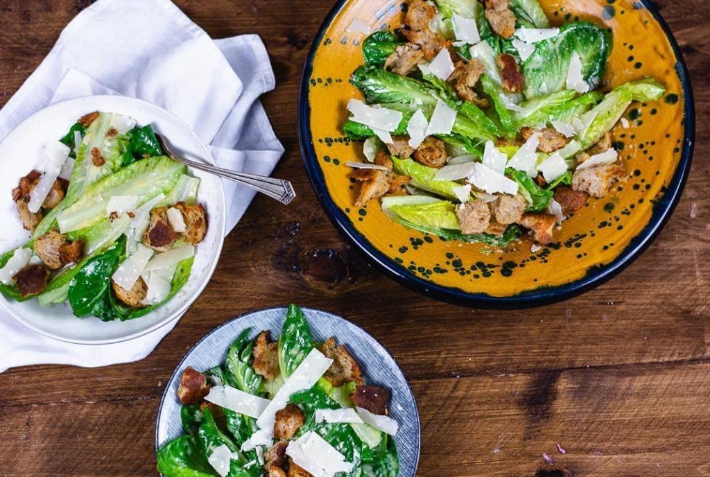 Caesar Salad von oben mit drei Schüsseln