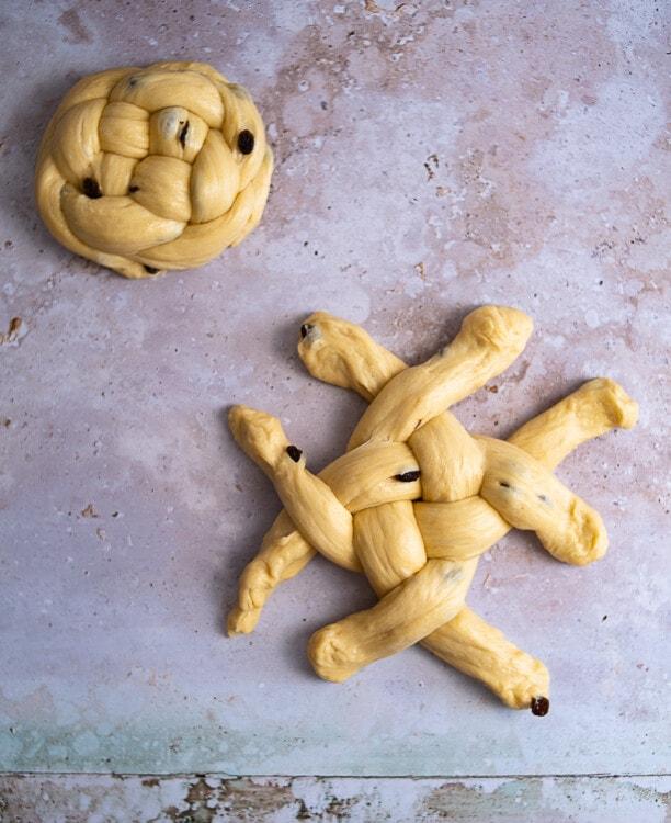Die Enden des Osterbrotes über Kreuz geflochten.