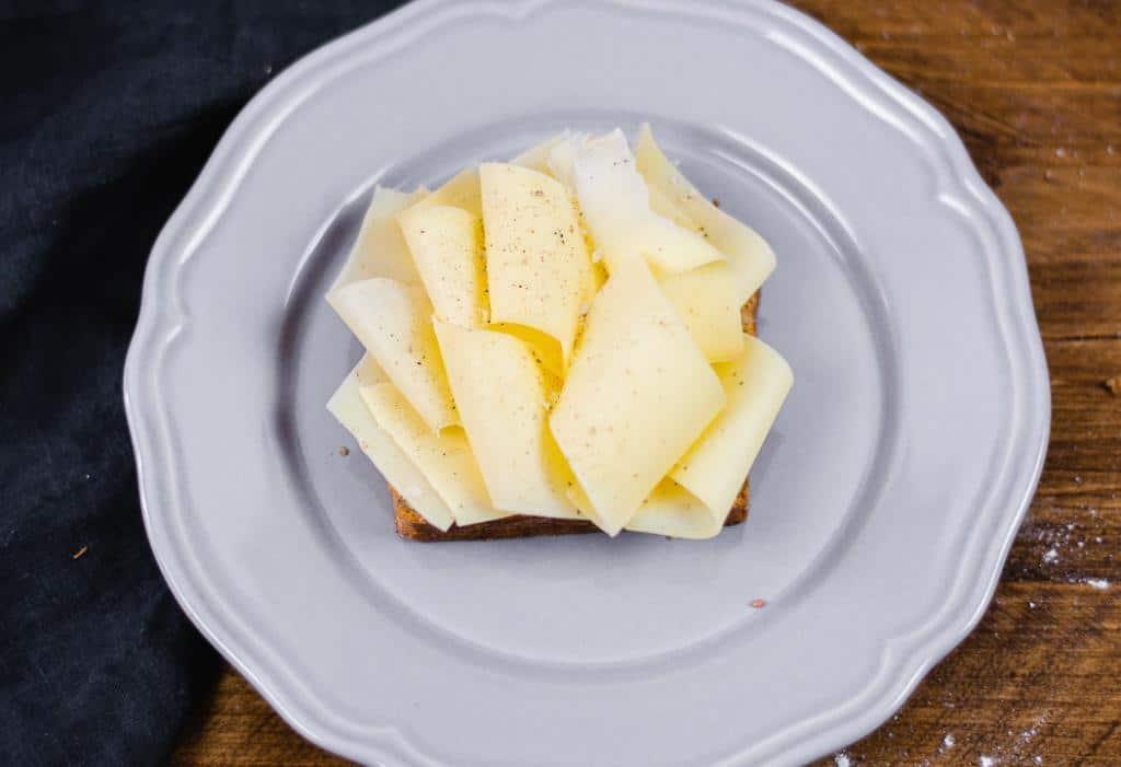 Ein belegtes Vollkornbrot mit Käse
