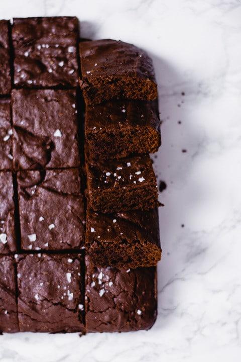 Ein Blech voll Brownies. Man sieht Salz auf dem Brownie