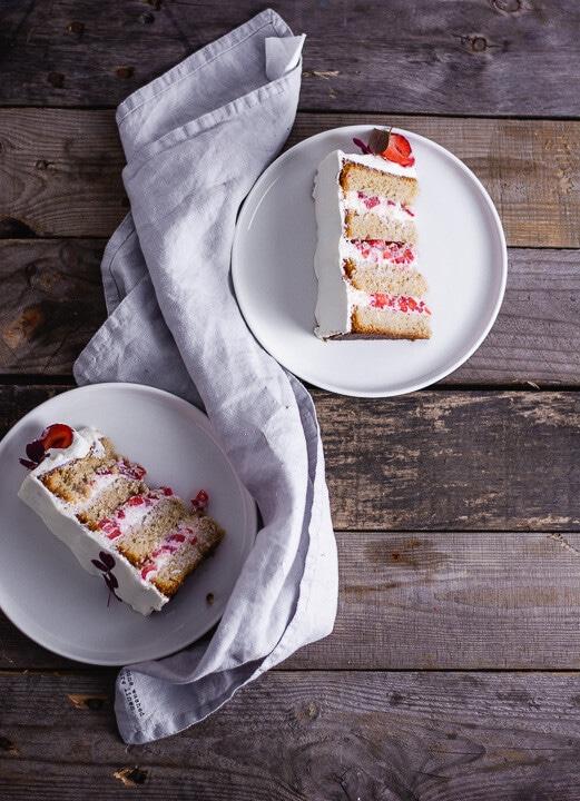 Zwei Stücke Erdbeer Geburtstagskuchen auf Tellern