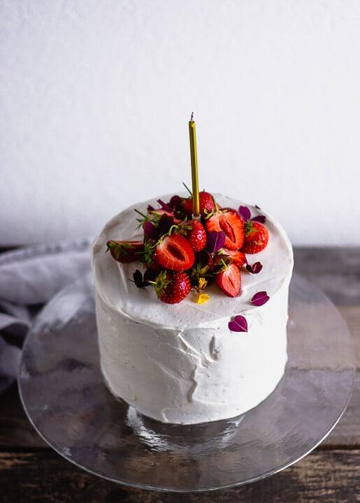 Eine Kerze steht auf einem Geburtstagskuchen
