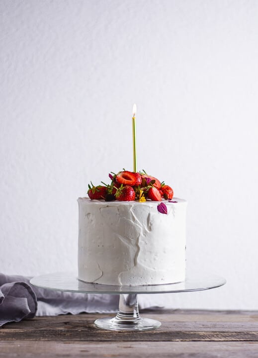 Ein Erdbeer Geburtstagskuchen mit einer goldenen Kerze
