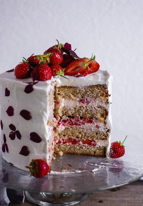 Ein angeschnittener Geburtstagskuchen mit Erdbeeren