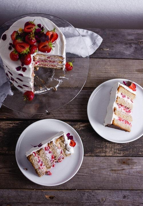 Ein Stück Erdbeer Geburtstagskuchen auf einem weißen Teller