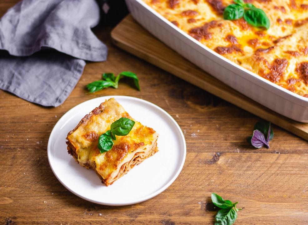 Eine Lasagne und Basilikumblätter