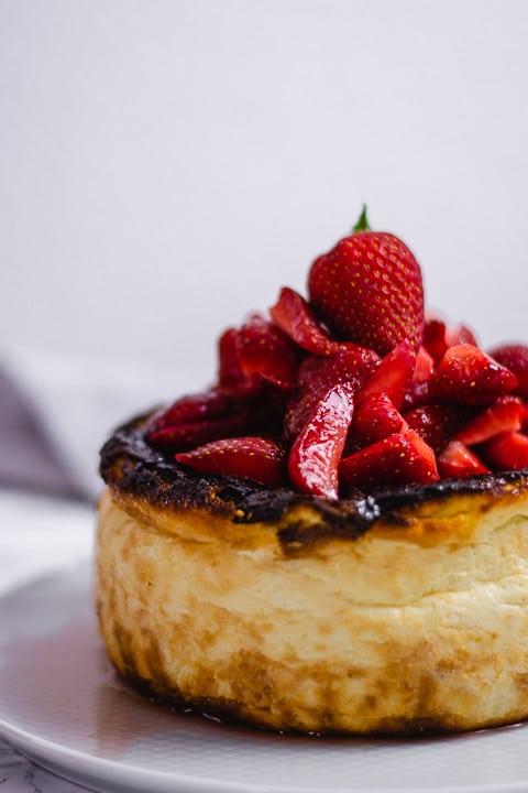 Der San Sebastian Cheesecake auf einem weißen Teller